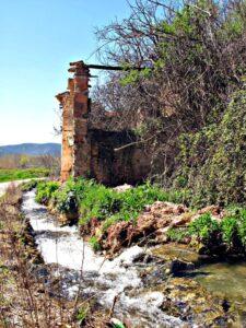 ruinas de un batan al lado del rio