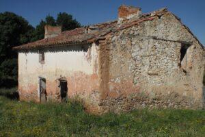 imagen de ruinas de una casa rural