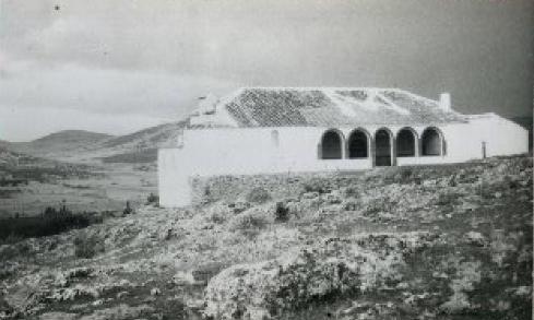imagen en blanco y negro de la ermita de la virgen de los desamparados
